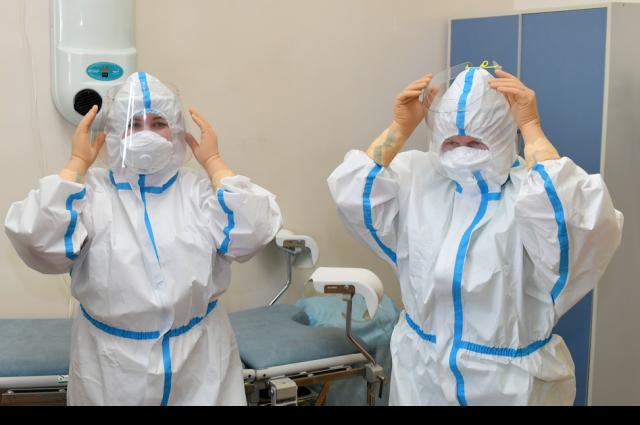 Ямальской больнице передали противоэпидемические костюмы