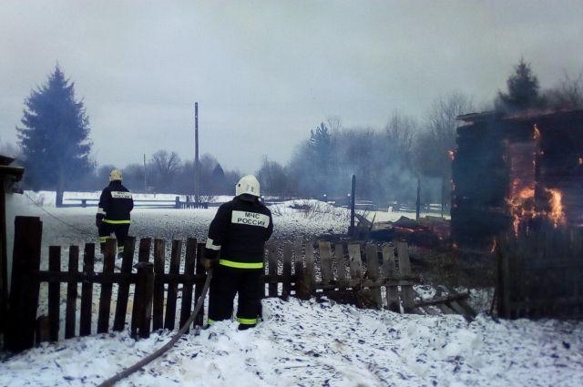 К населённому пункту пожарные добирались более трёх часов.