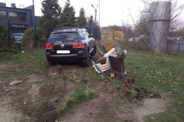 Во Львове пьяный полицейский влетел в детскую площадку.