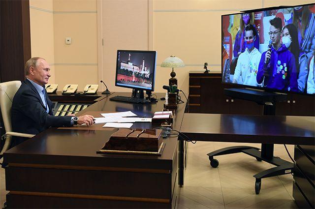 2 ноября 2020 г. Президент РФ Владимир Путин во время встречи в режиме видеоконференции с финалистами конкурса «Большая перемена», который проходит в международном детском центре «Артек» в Крыму.