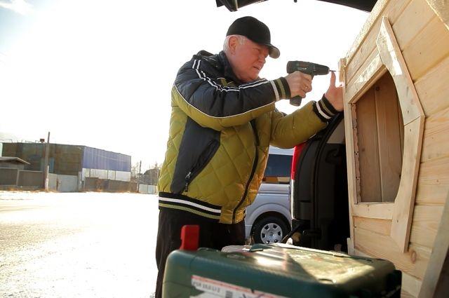 Один из участников акции смастерил будку для четвероногого подопечного приюта.