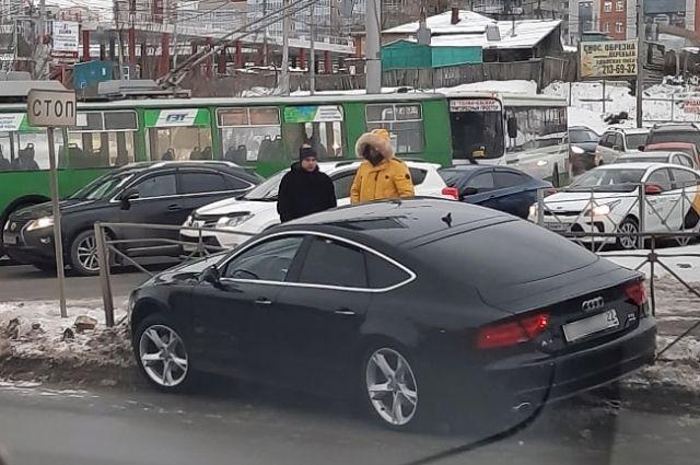 Автомобиль Audi A7 вылетел с проезжей части.