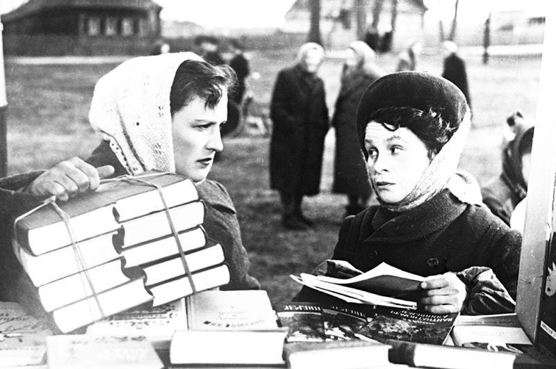 «Простая история». В роли Саши Потаповой — актриса Нонна Мордюкова, продавщица книг — Мария Виноградова. 1960 год.