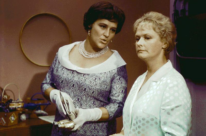 Актрисы Нонна Мордюкова в роли управдома Варвары Сергеевны и Нина Гребешкова в роли Нади Горбунковой в фильме Леонида Гайдая «Бриллиантовая рука», 1968 год.