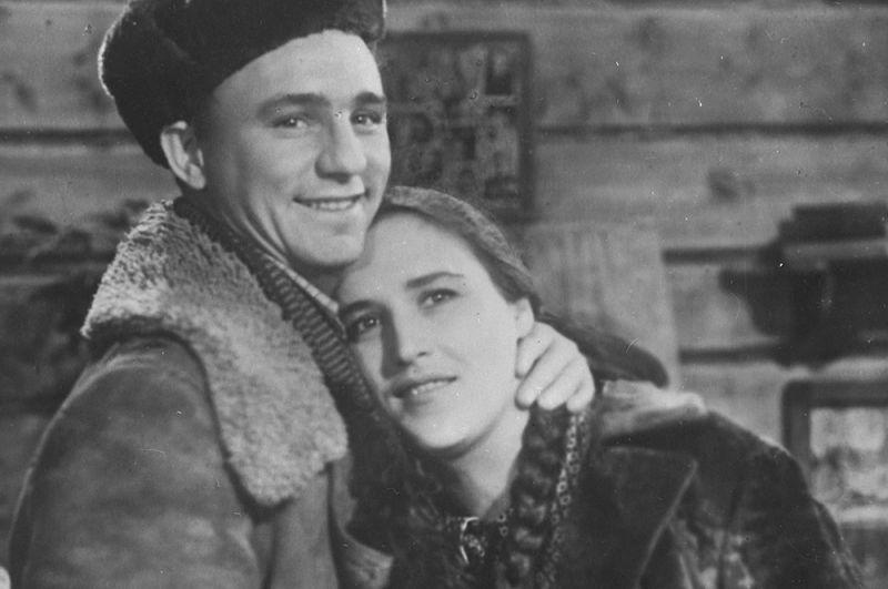 Кадр из фильма «Чужая родня». Стеша — актриса Нонна Мордюкова, Федор — актер Николай Рыбников. 1955 год.