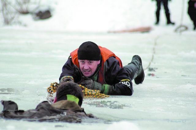 Тонущих в ледяной воде людей спасти очень сложно: одежда намокает и тянет ко дну.