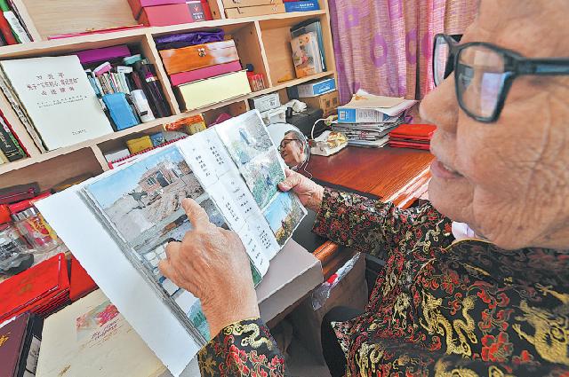 Листая семейные фотоальбомы, 86-летняя Герел вспоминает изме- нения, произошедшие за 20 лет посадки деревьев в ее родной деревне во Внутренней Монголии.