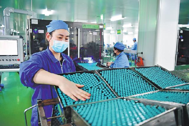 Сотрудники проверяют лекарства перед упаковкой в фармацевтической компании в Наньяне, провинция Хэнань, февраль.
