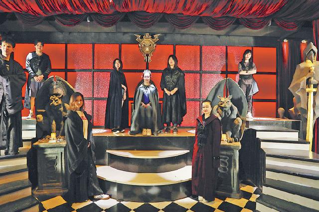 Участники квест-комнаты в Шанхае в костюмах исторических лиц.