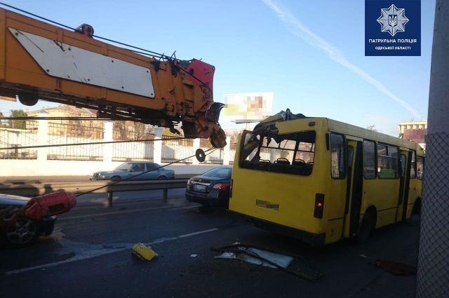 В Одессе кран протаранил маршрутку с пассажирами: есть пострадавшие