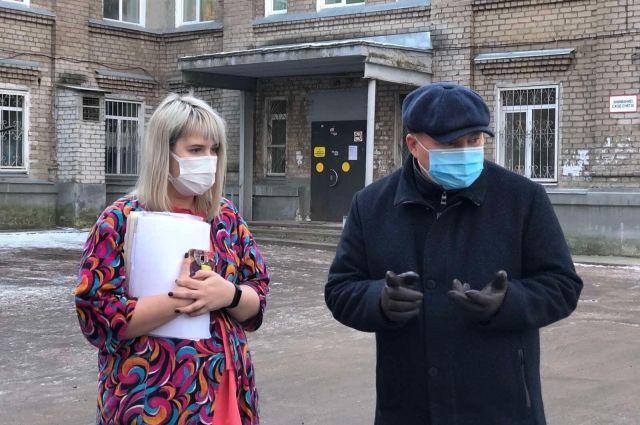 Таисия Синицкая принимает от депутата ЗС Прикамья Вячеслава Григорьева дополнительную партию средств индивидуальной защиты и антисептики.