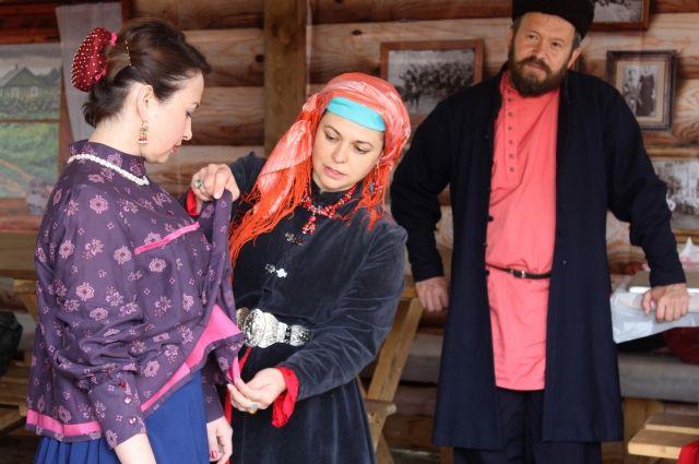Ольга Малкова проводит мастер-класс по пошиву казачьей шлычки. Нижневартовск