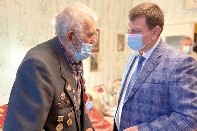 Сегодня Михаилу Семёновичу тяжело выходить из дому - сказываются полученные ранения. Но гостям он всегда рад.