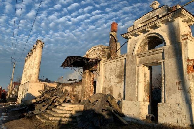 Называют несколько причин возникновения пожара в доме Барковых. Ждём, что скажут в МЧС.