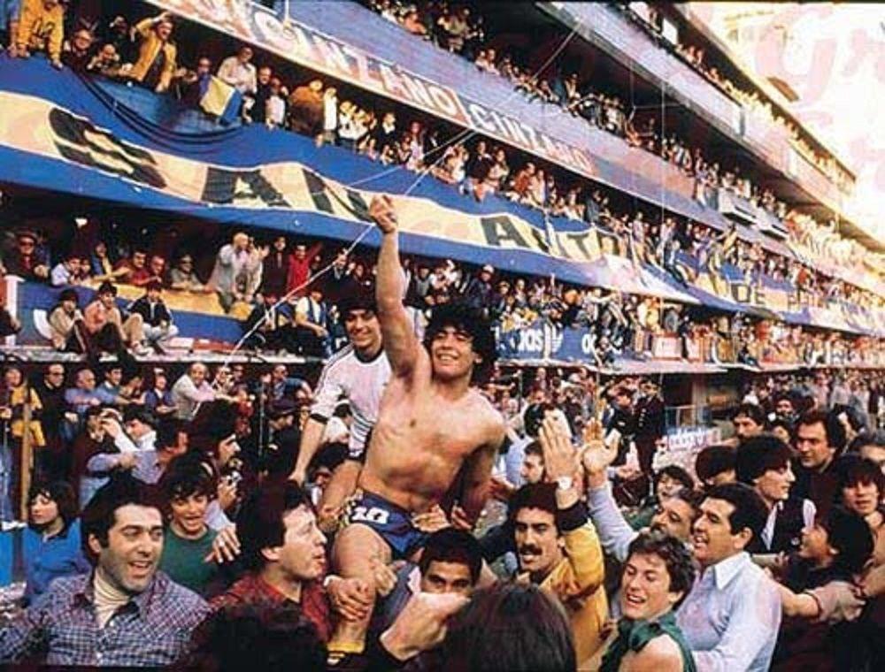Марадона празднует победу в чемпионате Аргентины, 1981 год.