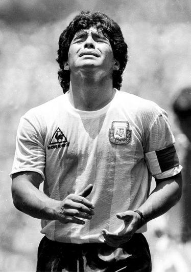 Марадона реагирует на получение желтой карточки во время игры в первом тайме финала чемпионата мира против Германии, 1986 год.