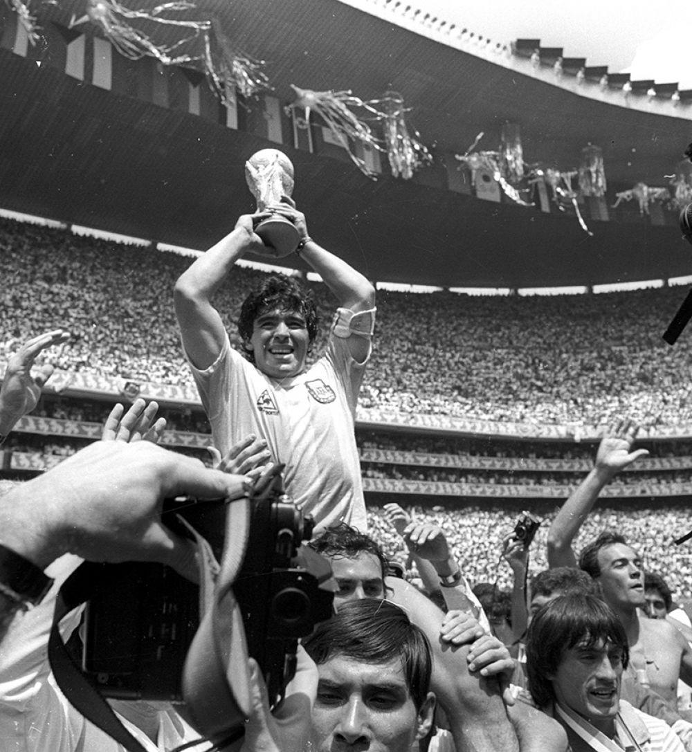 Диего Марадона с кубком чемпионата мира после победы Аргентины на ЧМ в Мехико, 1986 год.