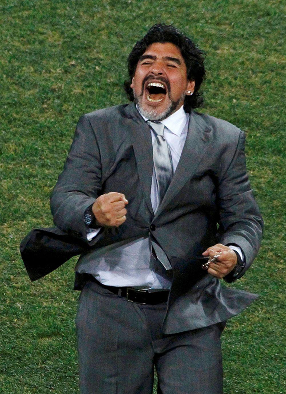 Тренер сборной Аргентины Диего Марадона празднует забитый гол своей команды во время футбольного матча против Мексики на ЧМ-2010.