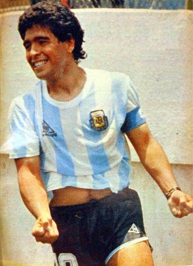 Марадона празднует гол, забитый в ворота сборной Италии, 1986 год.
