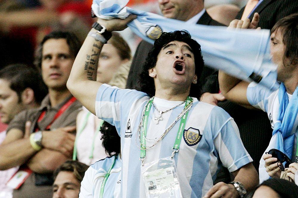 Диего Марадона на трибуне во время матча Аргентина - Голландия чемпионата мира по футболу 2006 года.