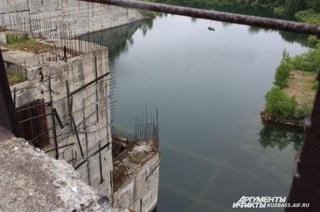 Строительство гидроузла началось в 1977 году, но все работы свернули в 1989 году.