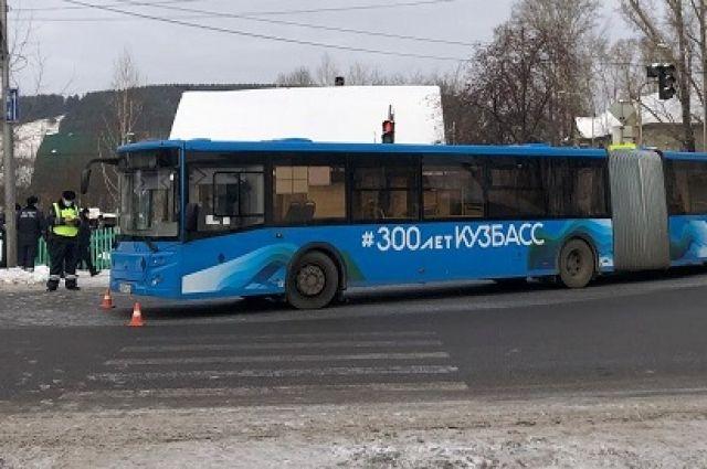Автобус сбил человека на регулируемом пешеходном переходе по время поворота.