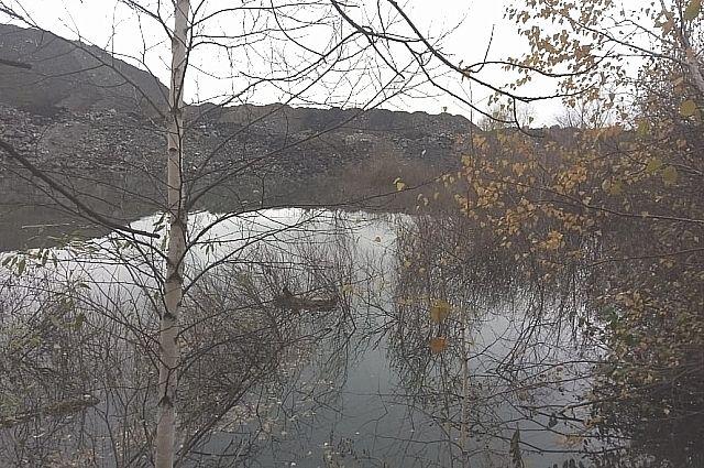 Местные жители считают водоём озером, а угольная компания - спонтанно образовавшимся скоплением вод.