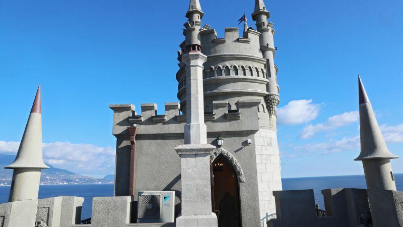 Кстати, в замке снимали сцены многих кинофильмов:
