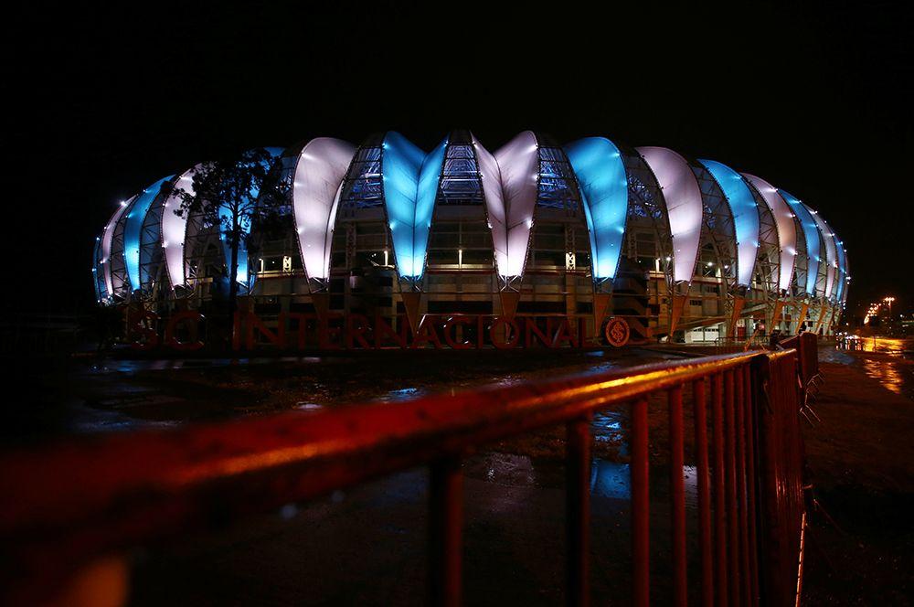 Стадион «Бейра-Рио», подсвеченный в цвета аргентинского флага в честь Диего Марадоны, в Порту-Алегри, Бразилия.