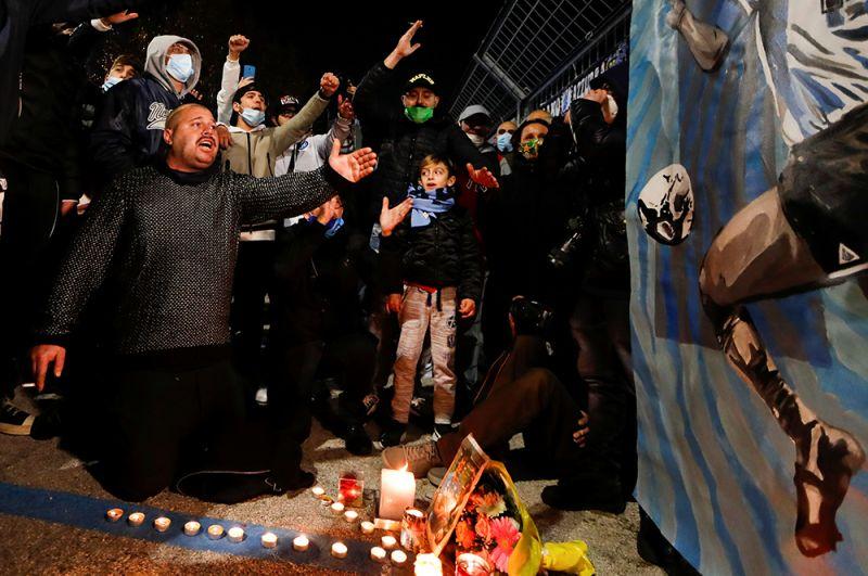 Люди оплакивают смерть Диего Марадона в Неаполе, Италия.