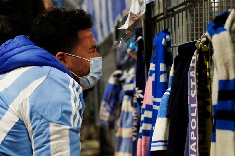 Мужчина оплакивает смерть Марадоны возле стадиона «Сан-Паоло» в Неаполе, Италия.