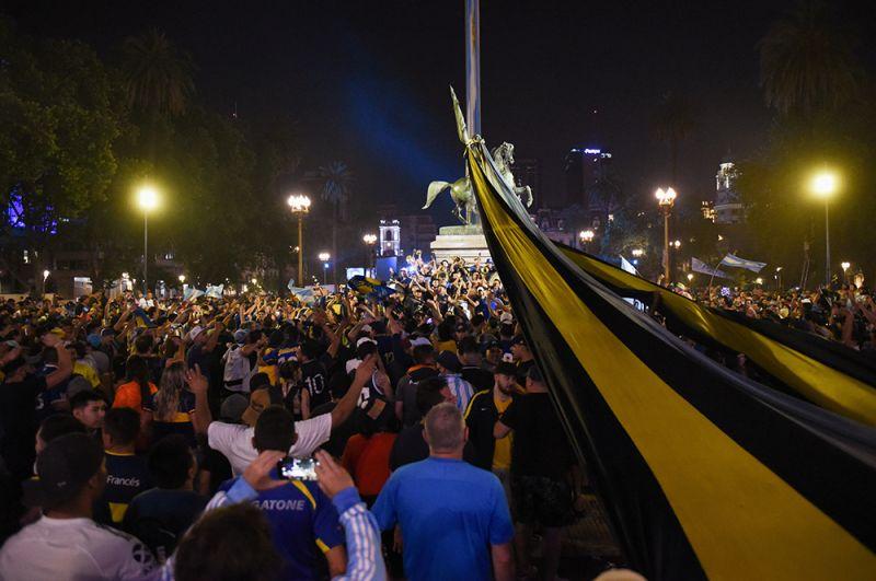 Желающие проститься с Марадоной собираются на площади перед президентским дворцом в Буэнос-Айресе, Аргентина.