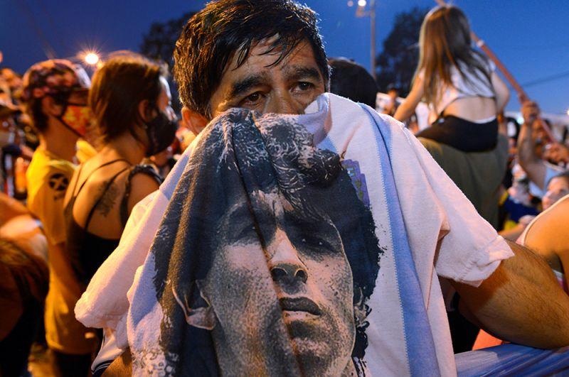 Поклонники Марадоны возле морга, где находится его тело, в Буэнос-Айресе, Аргентина.