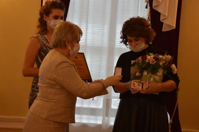 Наградами отмечены лучшие многодетные родители  Оренбурга за достойное воспитание детей.