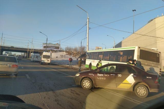 Чтобы помочь пострадавшим на место аварии выехали три автомобиля скорой помощи.