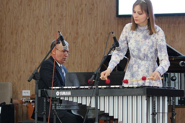 Выпускница колледжа Анна Князева – одна из самых молодых сотрудников симфонического оркестра Курской филармонии.