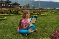 Уроки у 11-летней Таисии Ляхович часто проходят на лужайке у океана.