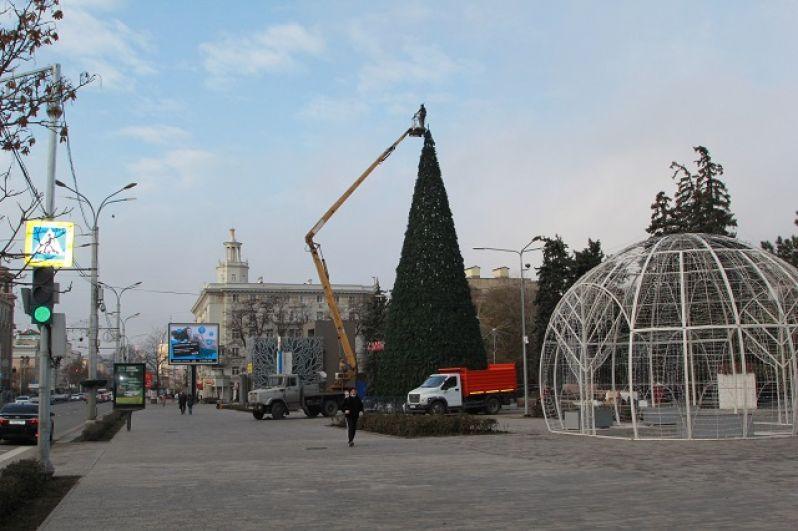 Начало установки верхушки, в советское время макушку елки украсили бы пятиконечной красной звездой. Сегодня это будет двухшаровая верхушка.