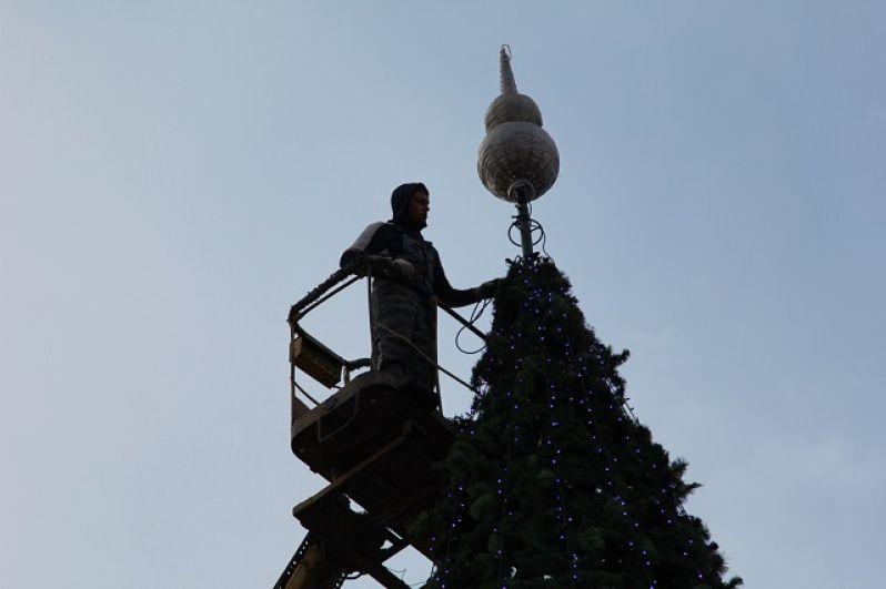 Наконечник готов! Теперь с помощью подъемника установят другие украшения.  Игрушки хранились целый год, они вновь поднимут настроение горожан и гостей Ростова-на-Дону.