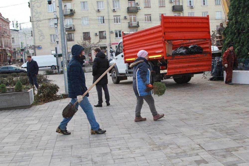 Не только украшают елку. Площадка перед парком Горького готовится к празднику, подсаживают вечнозеленные растения.