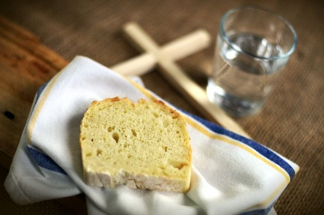 До 19 декабря разрешается горячая пища без масла по понедельникам, в среду и пятницу – овощи, фрукты и хлеб.