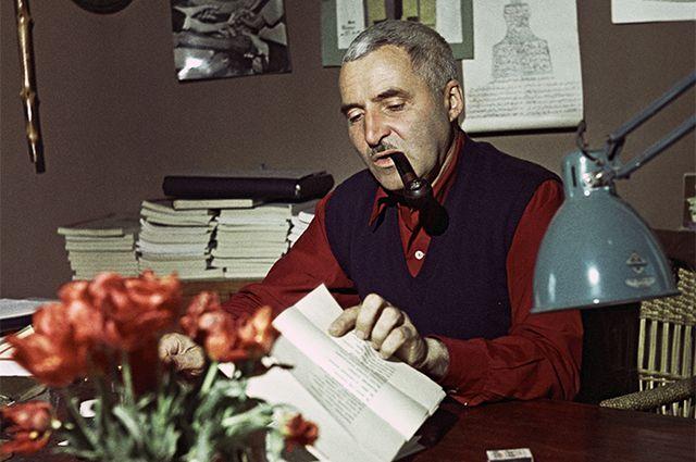 Константин Симонов в своем рабочем кабинете. 1960 год.