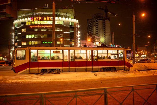 Транспортный коллапс произошел в Новосибирске: трамваи и троллейбусы на время прекратили всю работу из-за того, что рабочие повредили кабель во время строительства четвертого, платного, моста через Обь.