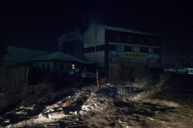 Автомобиль KIA опрокинулся и врезался в забор жилого дома в Ленинском районе Новосибирска. Водитель был пьян.