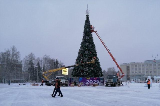 Монтаж елки на Центральной площади Ижевска завершат к 19 декабря
