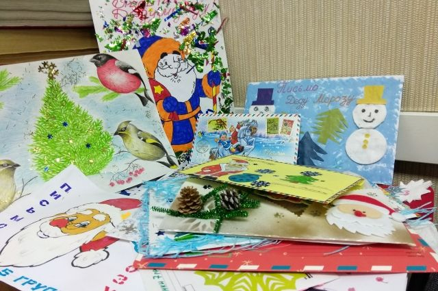 По всей России начала работать новогодняя почта. Новосибирцы могут поделиться своими планами, желаниями и поздравлениями с главным волшебником страны — Дедом Морозом.