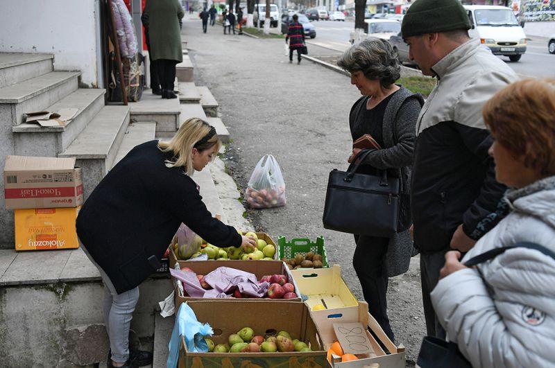 Уличная торговля фруктами в Степанакерте.