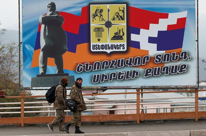Мужчины идут по улице в Степанакерте.