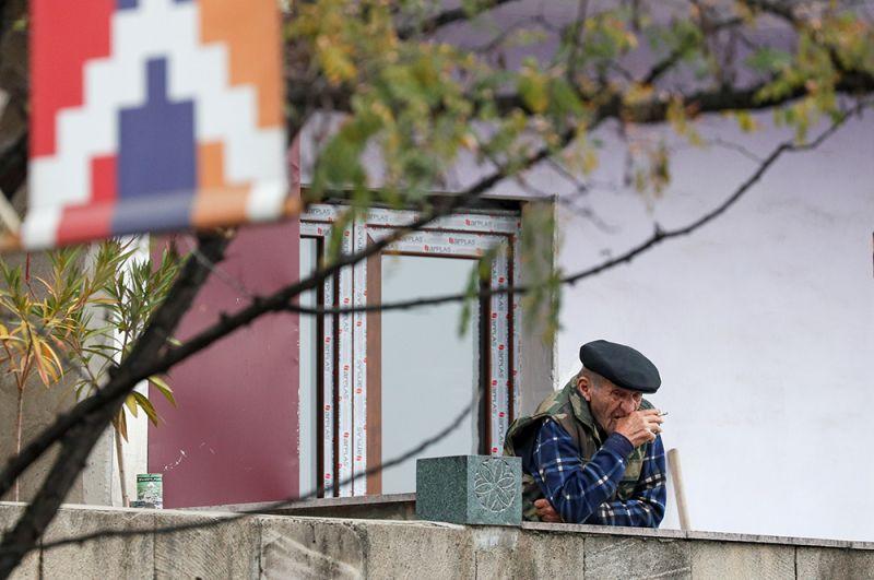 Мужчина на балконе своего дома в Степанакерте.