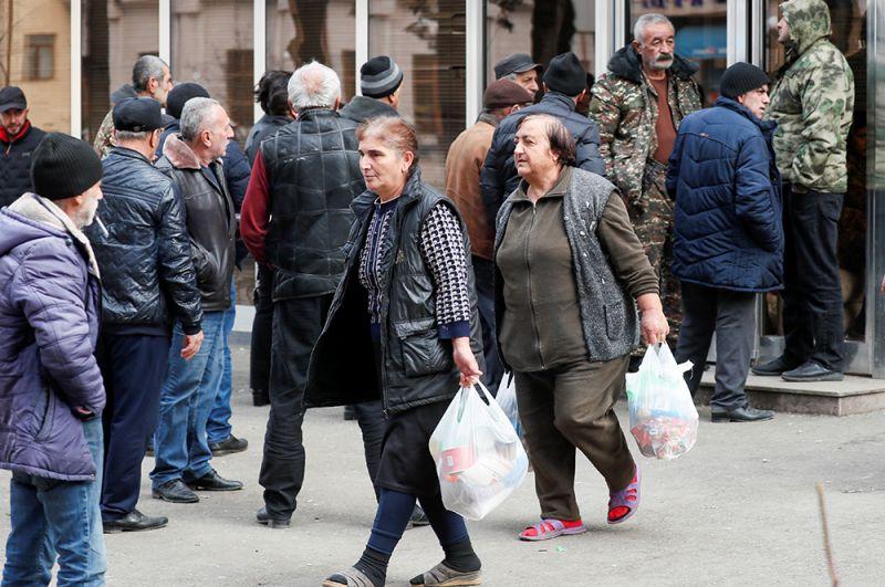 Очередь за социальным пособием в Степанакерте.